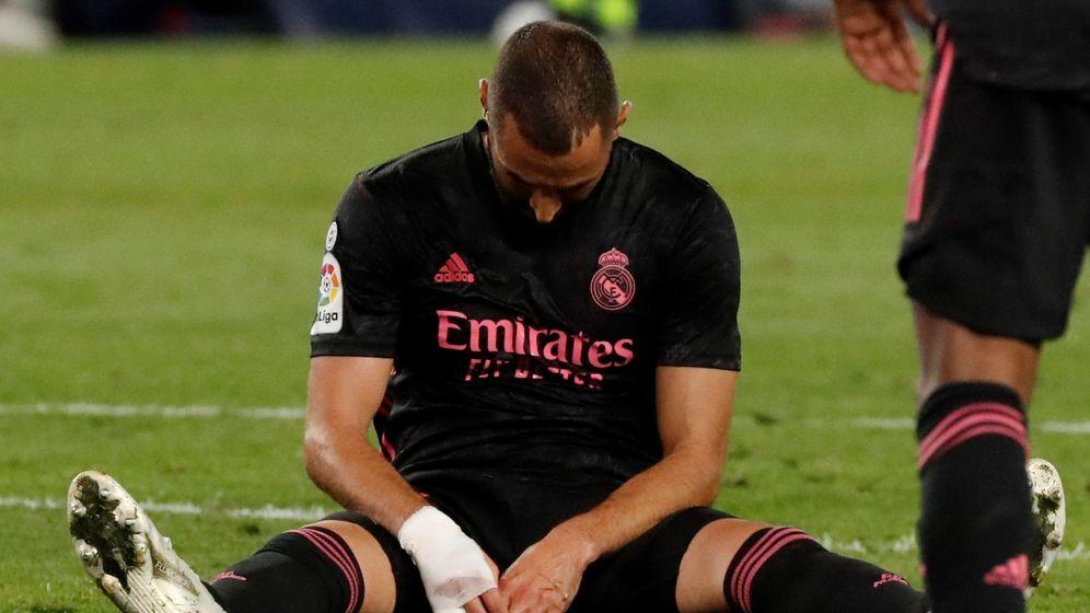 Foto: Benzema, sentado y lamentándose, en el partido contra la Real Sociedad. (EFE)