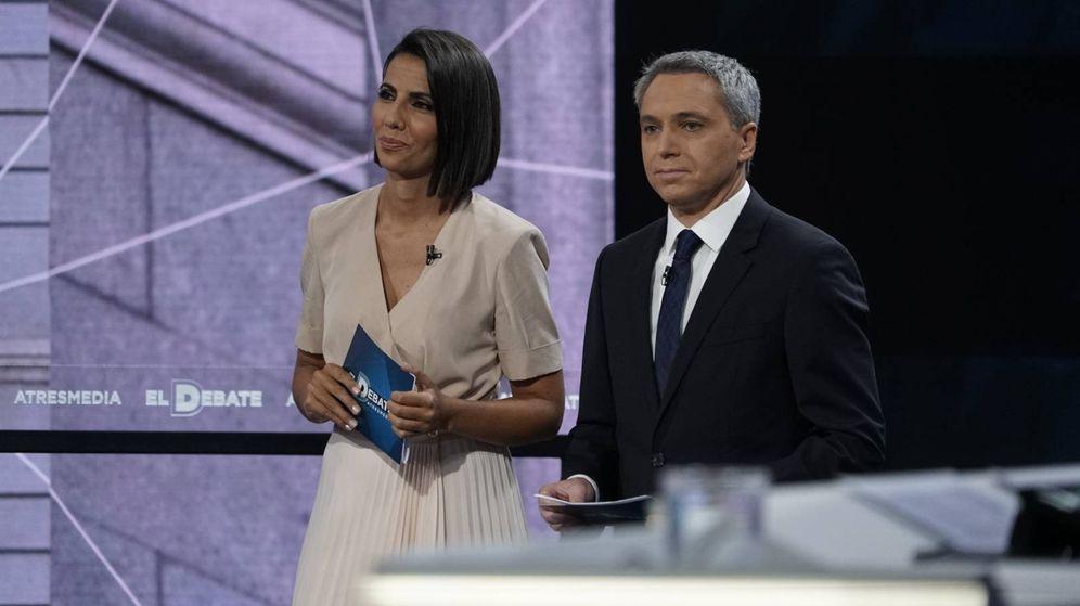 Foto: Los moderadores del debate de Atresmedia, Ana Pastor y Vicente Vallés. (Atresmedia)