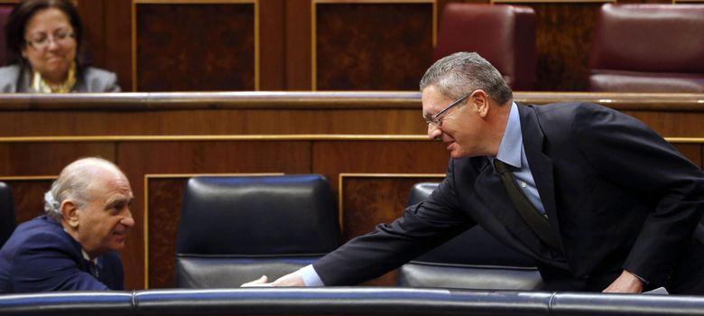 Foto: El ministro de Justicia, Alberto Ruiz Gallardón, saluda al ministro del Interior, Jorge Fernández Díaz. (EFE)