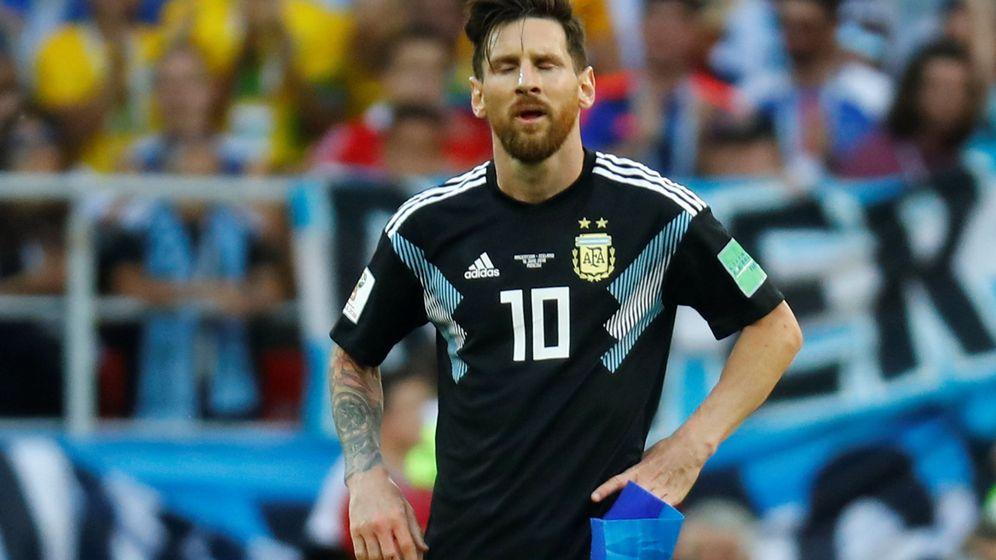 Foto: Messi, con el brazalete de capitán en la mano, decepcionado por el empate de Argentina contra Islandia. (Efe)