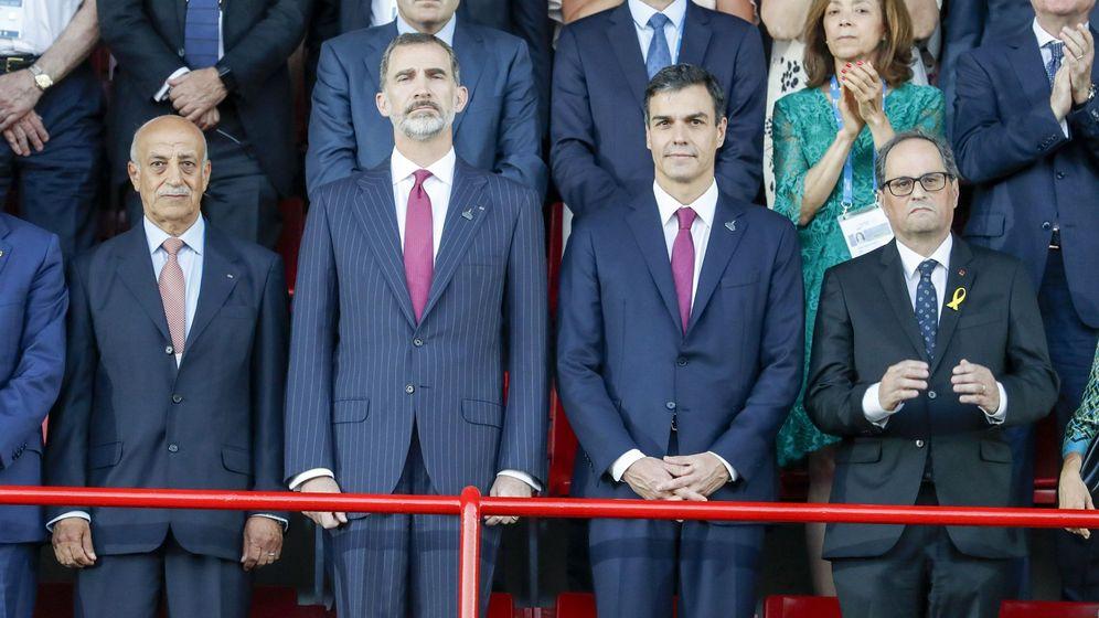 Foto: Felipe VI, junto al presidente del Gobierno, Pedro Sánchez, y el presidente de la Generalitat, Quim Torra. (EFE)