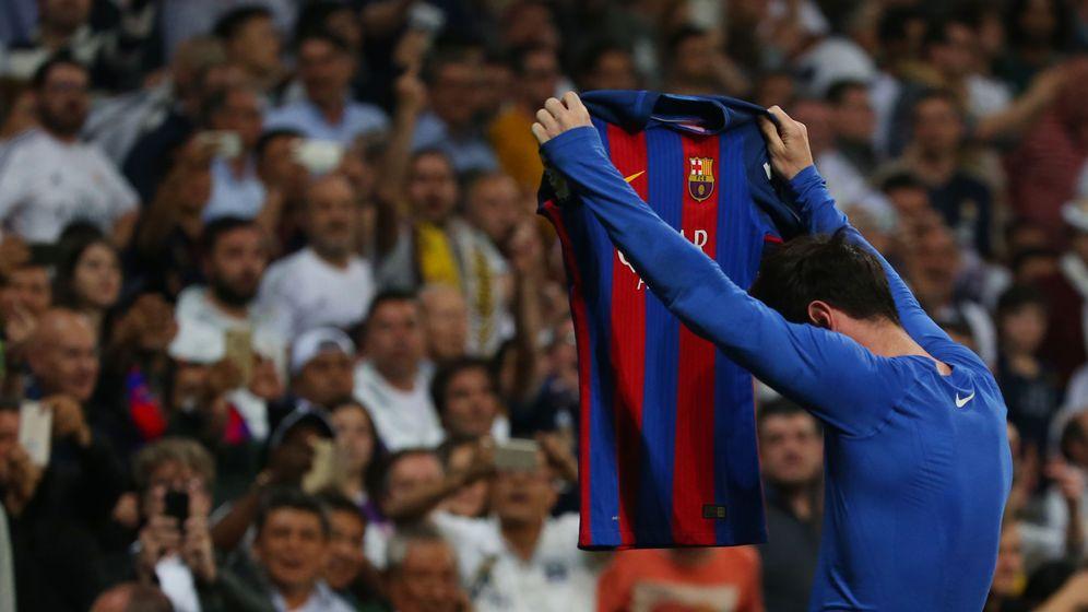 Foto: Messi celebra el 2-3 mostrando su camiseta a la grada del Bernabéu. (Reuters)