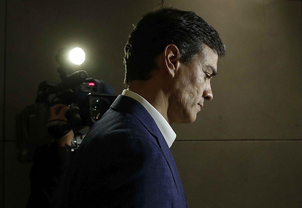 Foto: Pedro Sánchez, durante su breve comparecencia ante los medios, a los que anunció la renuncia de su escaño en el Congreso, este 29 de octubre. (EFE)