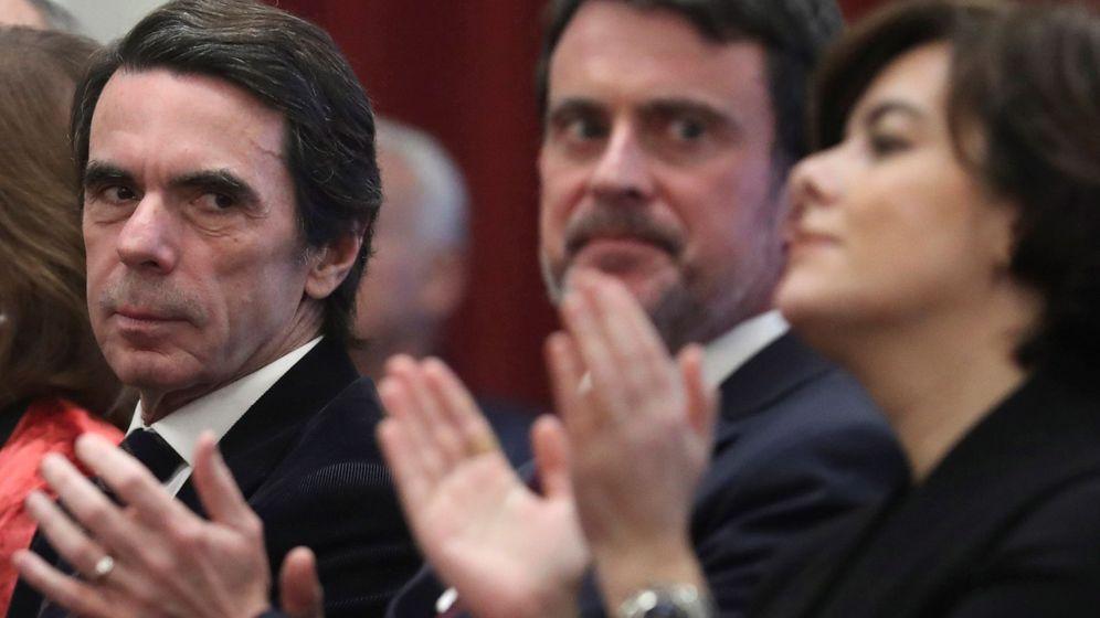 Foto: José María Aznar en un acto junto a Manuel Valls y Soraya Sáenz de Santamaría. (EFE)