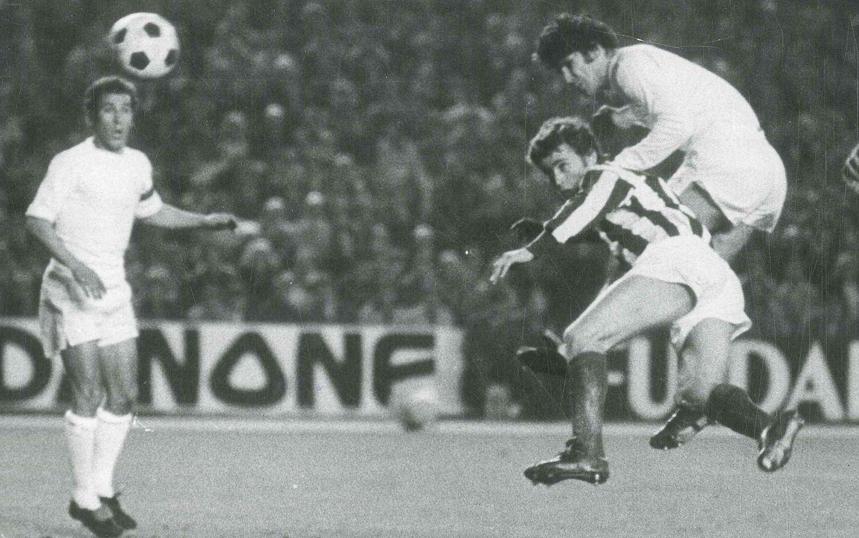 Foto: Santillana, en un partido con el Real Madrid (FOTOS DEL ARTÍCULO: Agustín Vega, Javier Gálvez y Macario Muñoz).
