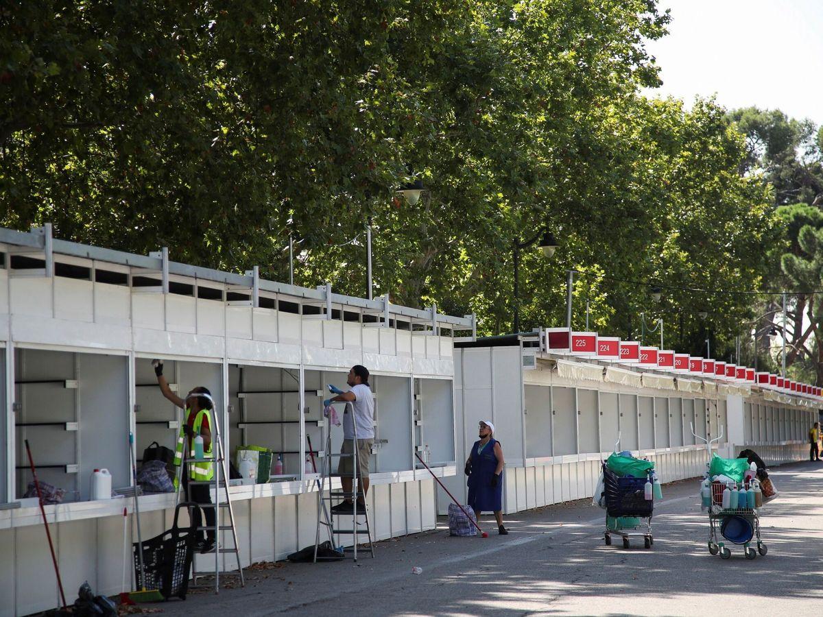 Foto: Montaje de la Feria del Libro de Madrid que empieza este viernes (EFE)