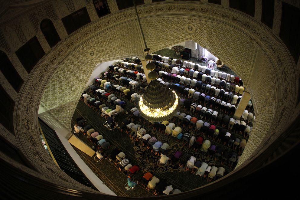 Foto: Musulmanes rezan en el segundo día del Ramadán en la mezquita de Fuengirola, cerca de Málaga, en una imagen de archivo (Reuters).
