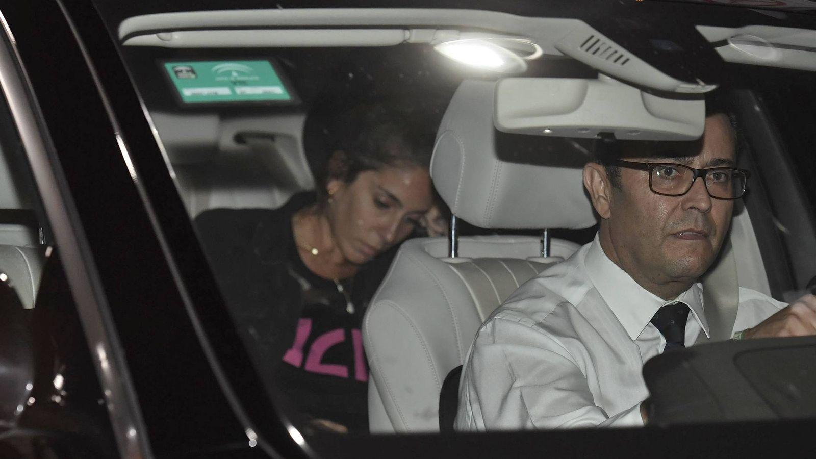 Foto: Anabel Pantoja, con el rostro desencajado, acude al hospital a visitar a Doña Ana. (Cordon Press)