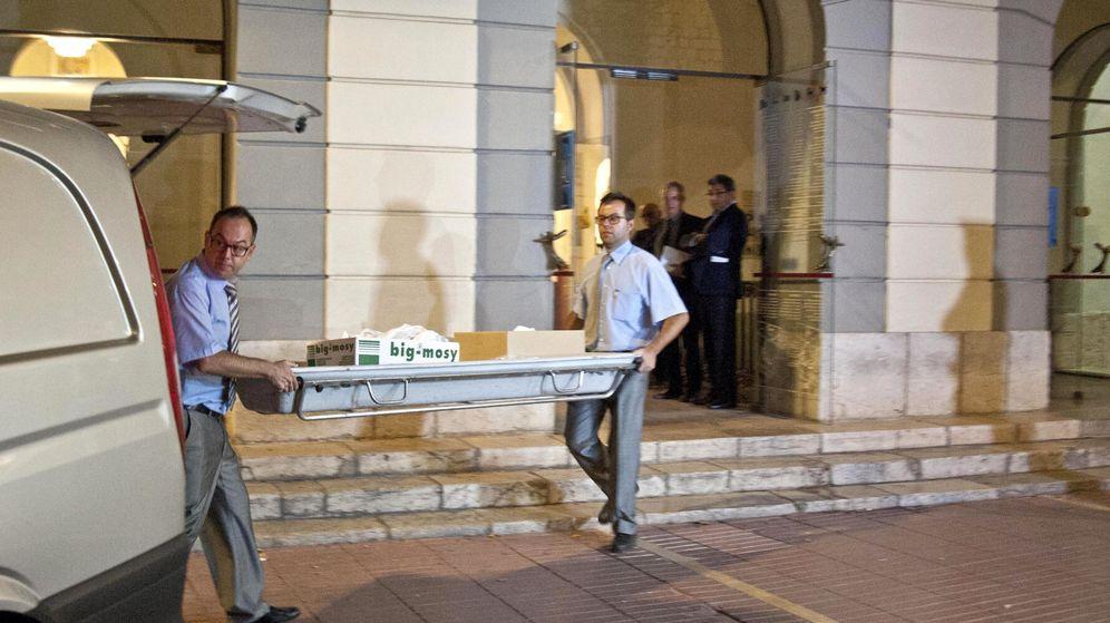 Foto: Miembros del equipo forense salen del Teatro-Museo de Figueres después de practicar la exhumación de los restos de Salvador Dalí. (Efe)