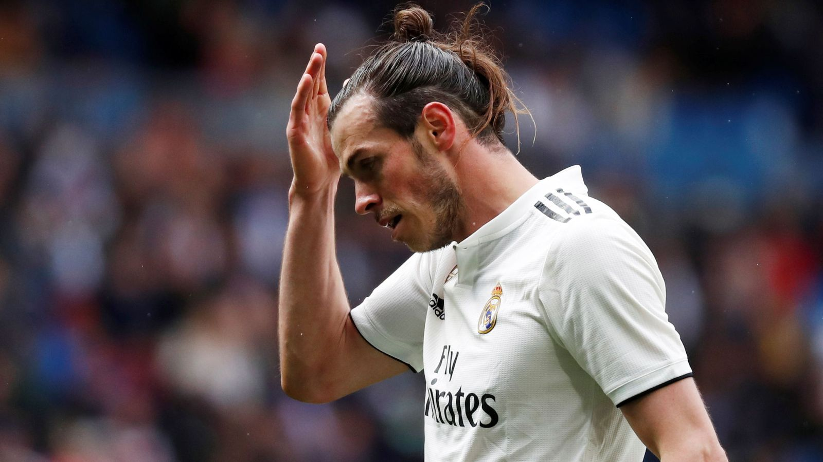 Foto: Gareth Bale se lleva la mano a la cabeza durante un partido del Real Madrid. (Efe)