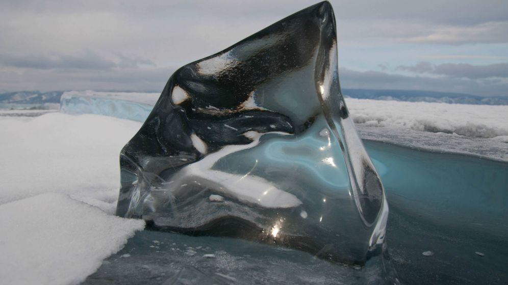 Foto: Uno de los bloques de hielo transparente que se pueden ver en el lago Baikal (Foto: Roberto Carlos López Seixas)