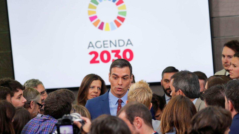 Pedro Sánchez charla con los periodistas tras su declaración institucional en la Moncloa, este 12 de enero. (Reuters)