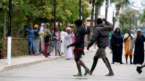 Cuatro guardias civiles heridos al saltar más de 50 inmigrantes la valla de Melilla