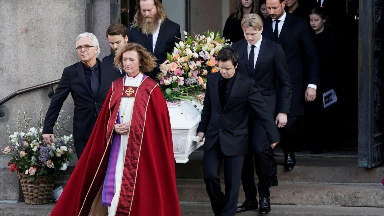 Haakon llevando a su cuñado. (Reuters)