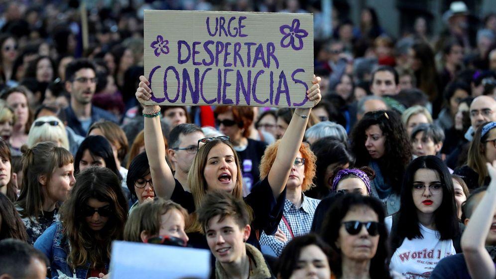 Foto: Manifestación feminista en protesta por la sentencia sobre los cinco miembros de La Manada este viernes en Madrid. (EFE)