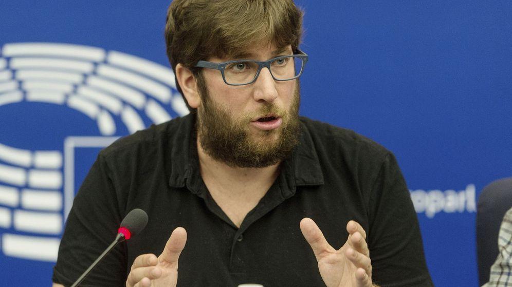 Foto: El eurodiputado y portavoz de Podemos en Europa, Miguel Urbán, durante una rueda de prensa en el Parlamento Europeo en Estrasburgo. (EFE)