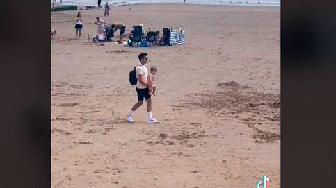 Salva a un bebé de ser atropellado en la playa y no encuentra a sus padres