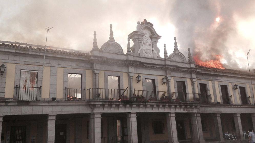 Foto: Fotografía facilitada por Emergencias Madrid de la fachada en llamas del salón de plenos de Brunete. (EFE)