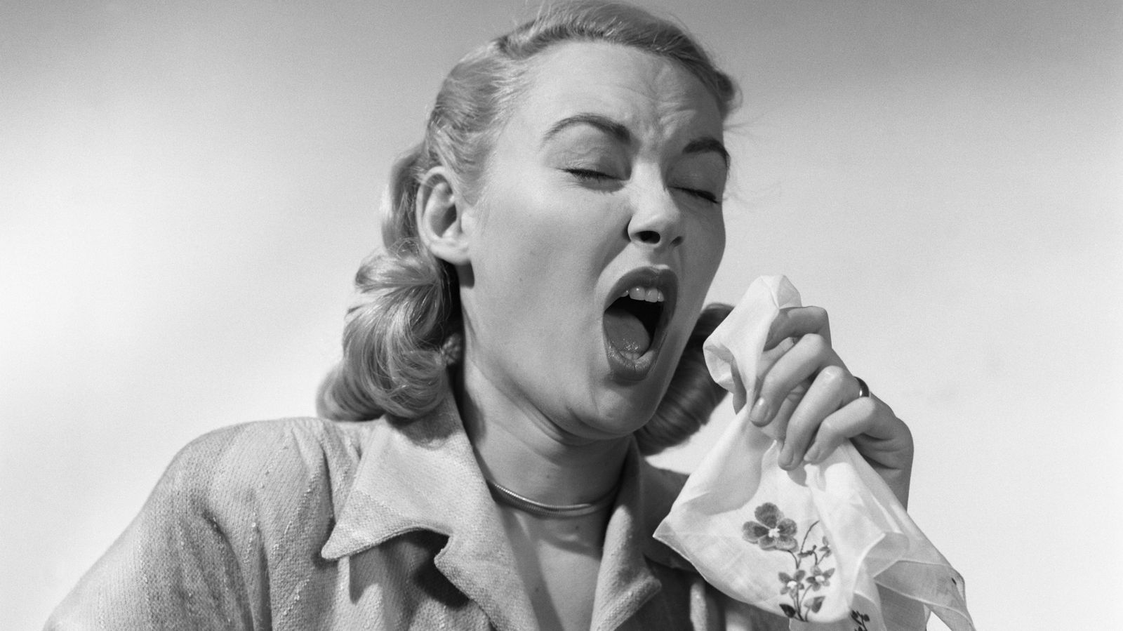 Foto: Llevamos décadas creyéndonos falsos mitos sobre las cosas que debemos o no hacer para evitar los virus invernales. ¿Cómo nos contagiamos en realidad? (Corbis)