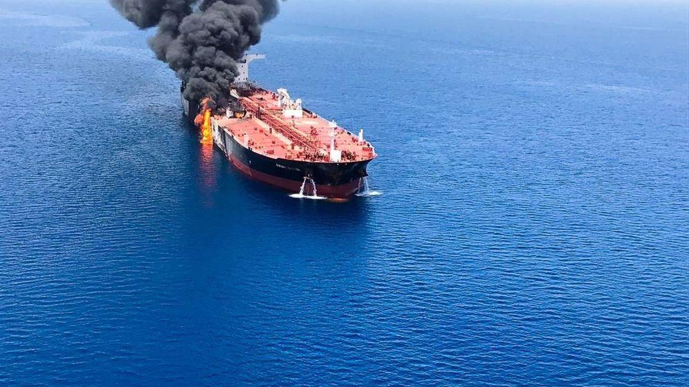 Foto: El buque petrolero noruego Front Altair en llamas, este jueves en el golfo de Omán (Omán).