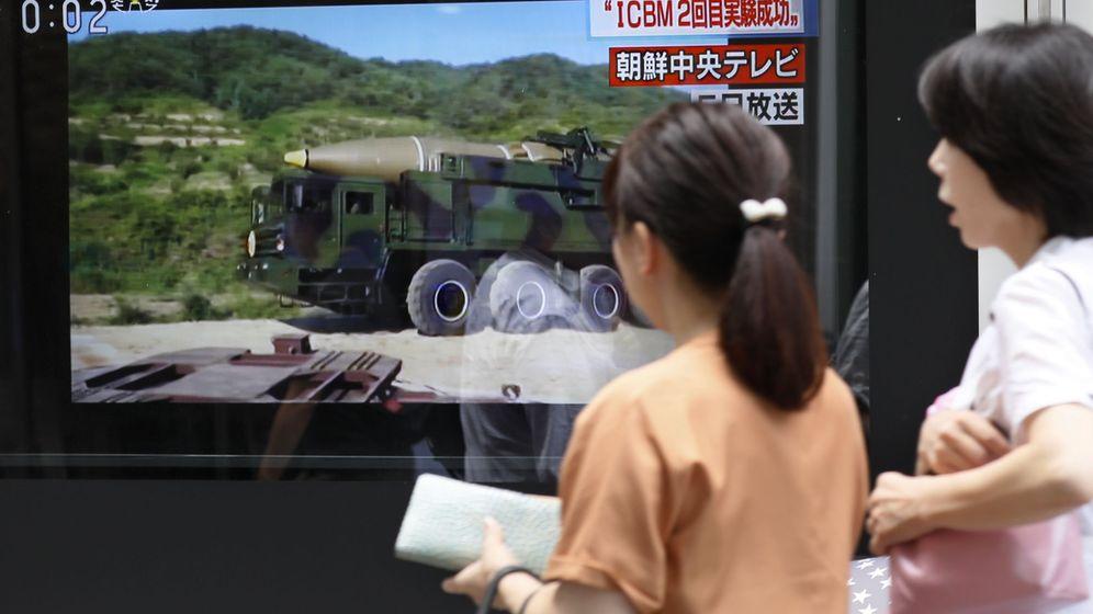 Foto: Dos mujeres japonesas pasan delante de un televisor que informa sobre el lanzamiento de un misil intercontinental, en Tokio, el 29 de julio de 2017. (Reuters)
