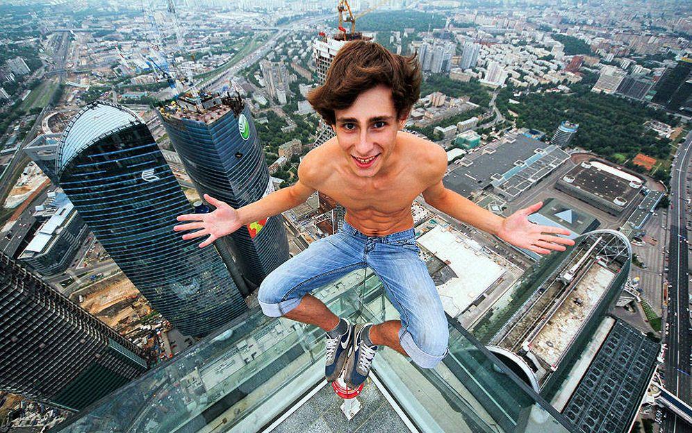 Foto: Alexander Remnev se sienta al borde de lo alto de un rascacielos en Rusia. (Foto: Alexander Remnev/Livejournal)