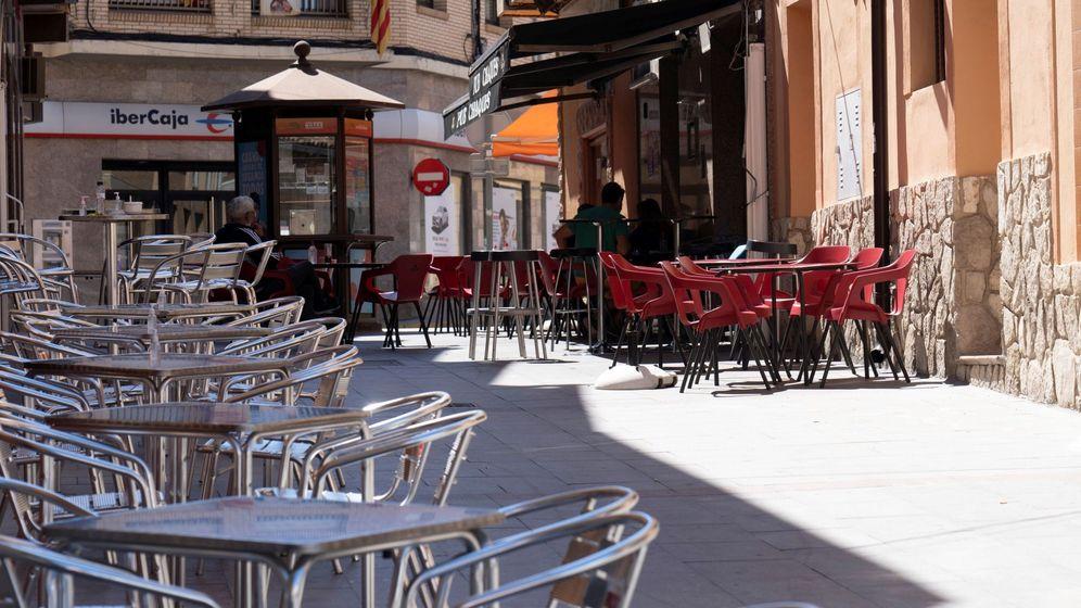 Foto: Terrazas vacías en Andorra (Teruel), municipio que está confinado. (EFE)