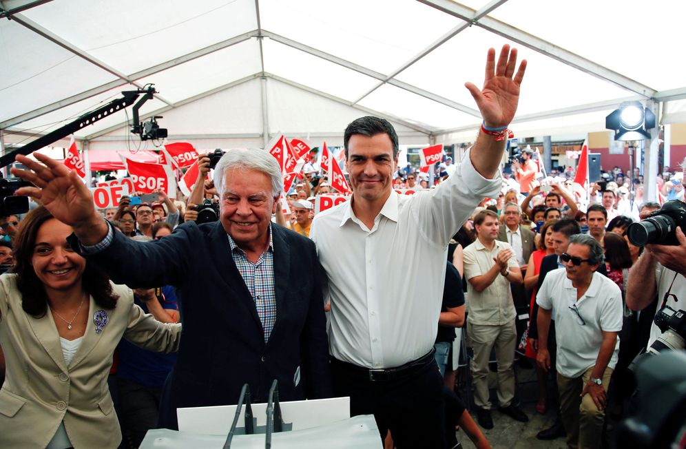 Foto: Felipe González y Pedro Sánchez, en el último día de campaña de las generales del 26-J, el 24 de junio de 2016 en Madrid. (Reuters)