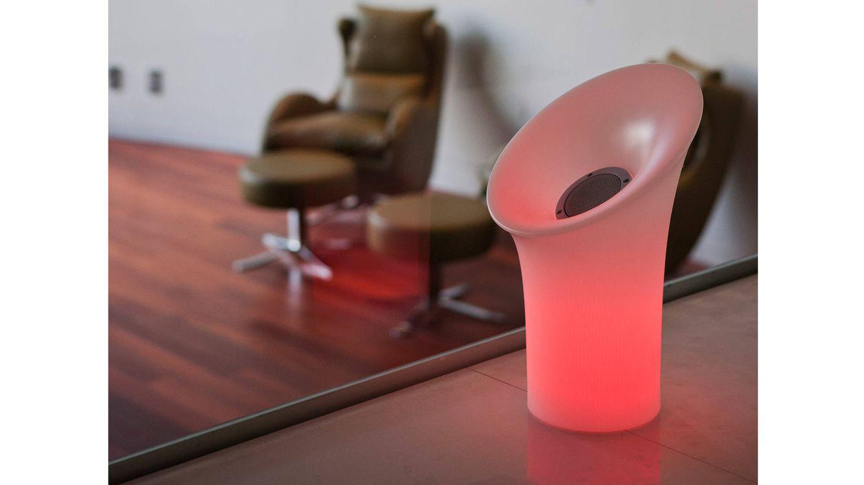 Foto: 'Nipper' lámpara diseñada para optimizar el sonido desde su altavoz, reproduce música desde cualquier dispositivo 'bluetooth'.