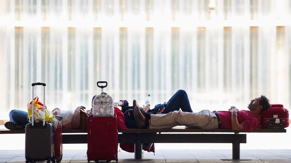 Foto: Un pasajero descansa durante la segunda jornada de huelga de los trabajadores de tierra de Iberia. (EFE)