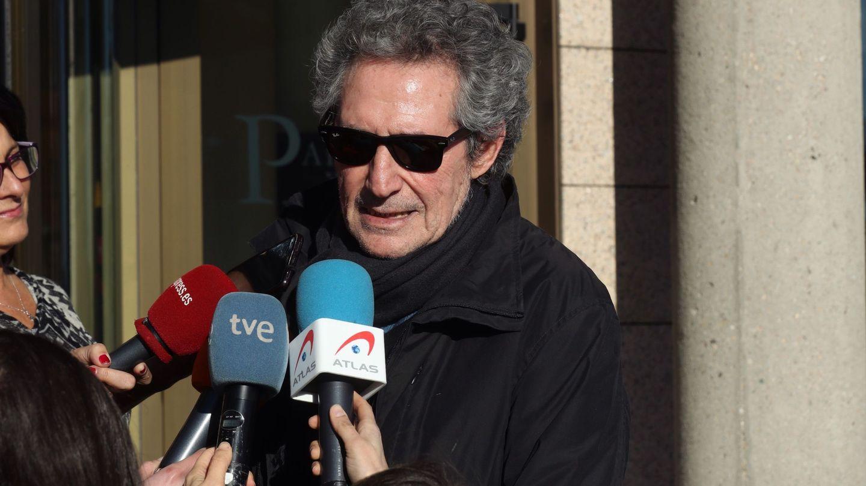 El cantante Miguel Ríos atiende a los compañeros de la prensa. (EFE)
