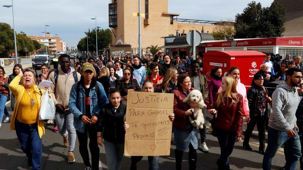 Foto: Un centenar de personas grita pidiendo justicia al paso del furgón policial que traslada a Ana Julia Quezada. (EFE)