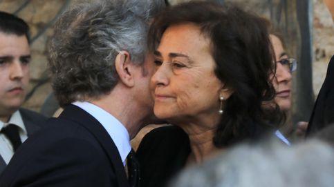 Alfonso Díez arropa a su amiga, Carmen Tello, en el funeral por su padre en Sevilla