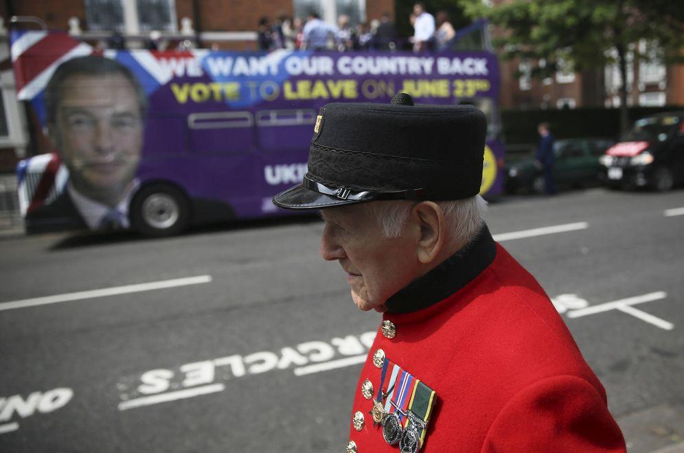 Foto: Un veterano del Ejército británico pasa ante un autobús de campaña del UKIP, en Londres, en mayo de 2016. (Reuters)
