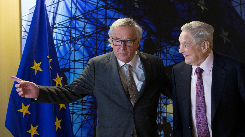 El presidente de la Comisión Europea, Jean-Claude Juncker, junto a George Soros, en Bruselas. (Reuters)
