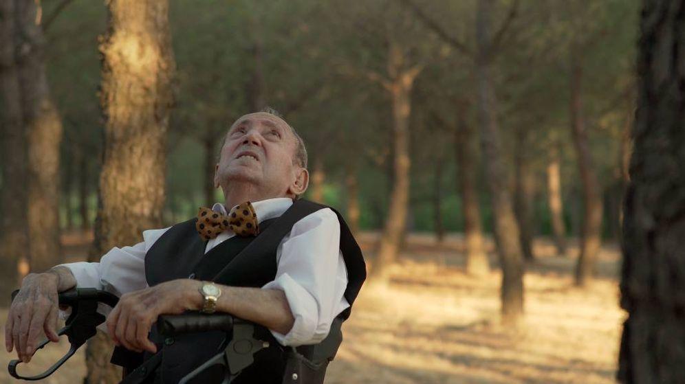Foto: Luis, el protagonista de 'El Tesoro' contemplando el pino bajo el que será enterrado.