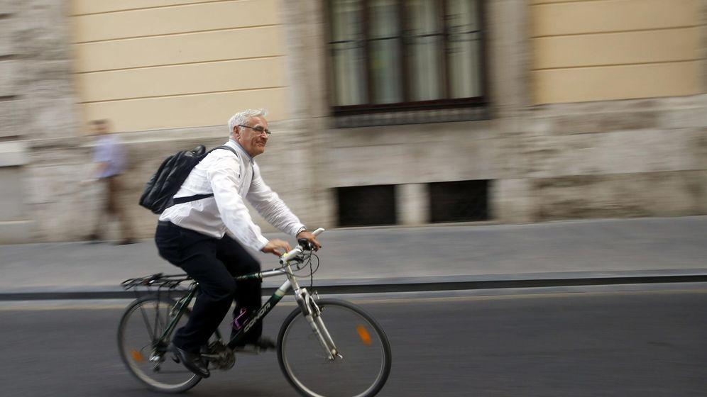 Foto: El alcalde de Valencia, Joan Ribó (Compromís), sale con su bicicleta del ayuntamiento. (EFE)