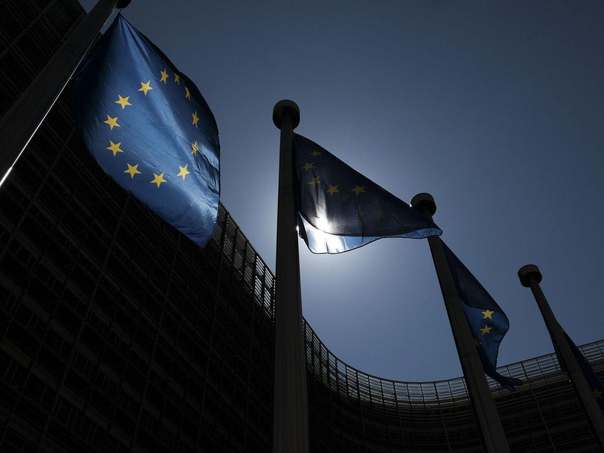Foto: Banderas europeas, en la sede de la Comisión Europea. (EFE)