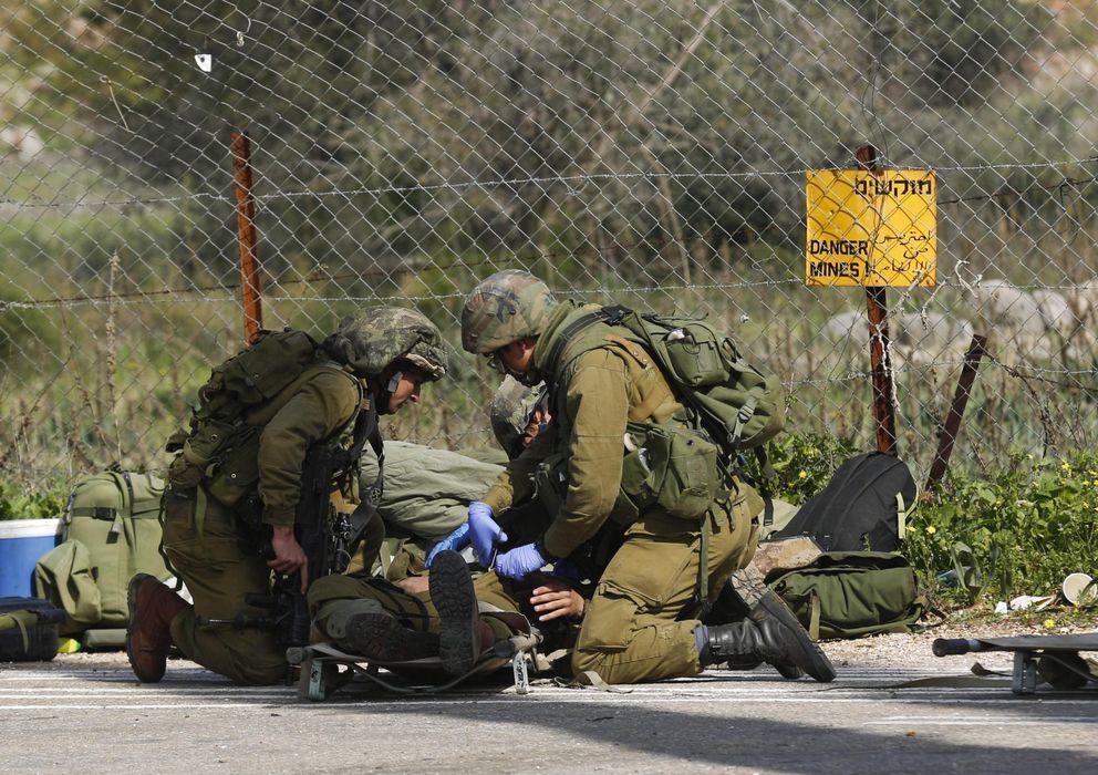 Foto: Un soldado isrelí herido recibe atención médica de varios compañeros. (EFE)