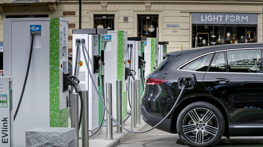 Foto: Un vehículo eléctrico carga su batería en una electrinera. (Archivo)