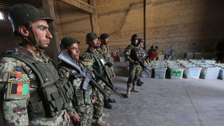 Soldados afganos protegen urnas electorales en Kabul (Reuters).