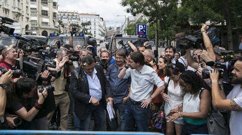 Iglesias recibe el impacto de un huevo mientras saluda en la huelga de taxistas