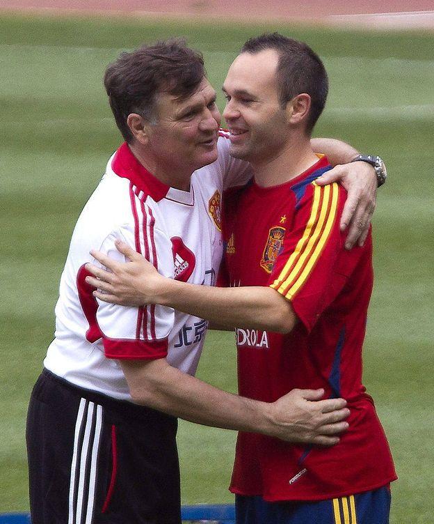 Foto: Iniesta saluda a Camacho, cuando era seleccionador chino. (EFE)