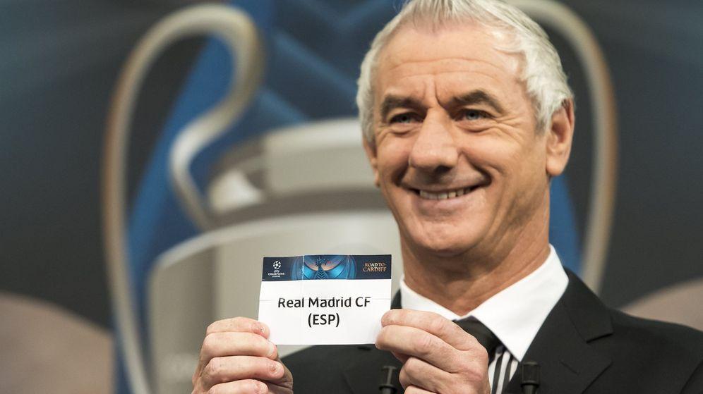 Foto: Ian Rush saca la papeleta del Real Madrid en el sorteo de la Champions League celebrado este viernes en Nyon (Suiza). (EFE)