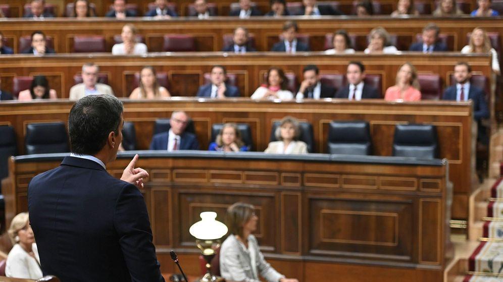 Foto: Pedro Sánchez, de espaldas, en la última sesión de control al Ejecutivo en funciones. (EFE)