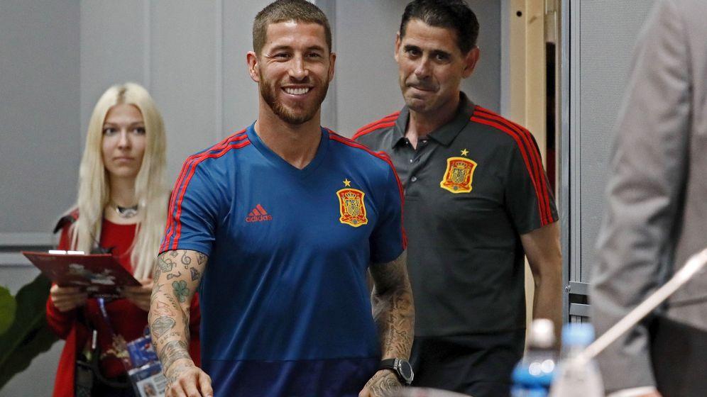 Foto: Sergio Ramos y Fernando Hierro, durante la concentración de la Selección española en el Mundial de Rusia. (EFE)