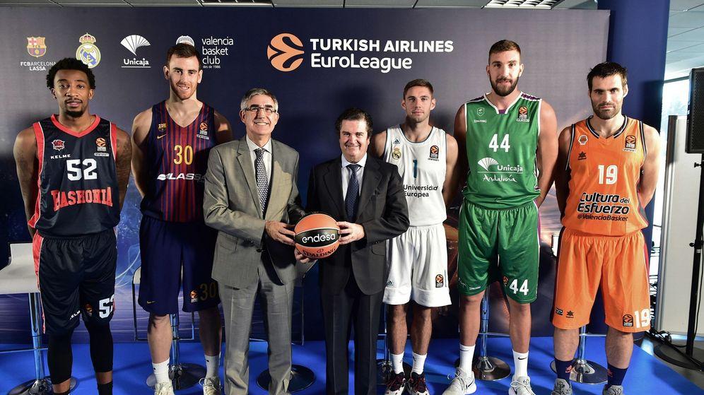 Foto: Jordi Bertomeu, tercero por la izquierda, este martes en la sede de Endesa en Madrid. (EFE)
