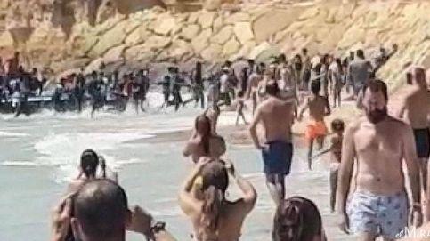 Una patera con 50 inmigrantes desembarca en una playa repleta de bañistas en Cádiz