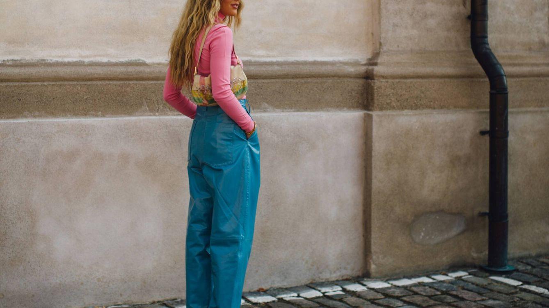 Es verano y en las calles de Copenhague triunfan los pantalones anchos de tiro alto