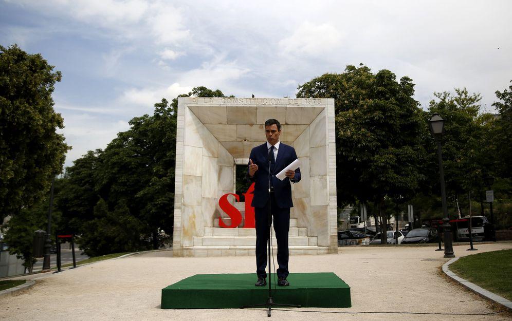 Foto: Pedro Sánchez, durante su breve comparecencia ante los medios (y sin preguntas) este 26 de mayo, ante el monumento a la Constitución, en Madrid. (EFE)